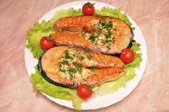 Pieu d'un saumon avec des légumes Image libre de droits