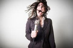 Śpiewacki piękny młody bizneswoman Zdjęcia Stock