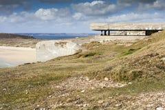 Pieza alemana grande de la pared atlántica, Bretaña, Francia de la arcón fotos de archivo