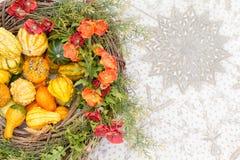 Pieza central colorida de la caída con las calabazas y las flores Fotografía de archivo libre de regalías