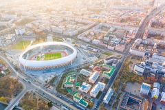 Pieza central de la ciudad de Minsk encendida con sol Antena importante del estadio de Dinamo de la arena de deporte foto de archivo libre de regalías