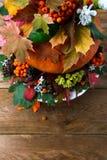 Pieza central de la tabla de la acción de gracias con las hojas y las semillas, copia de la caída Imágenes de archivo libres de regalías