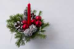 Pieza central de la tabla de la Navidad con el cono de la vela roja y del pino de plata Fotografía de archivo