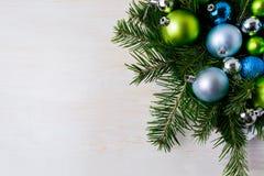 Pieza central de la tabla de la Navidad con las ramas del abeto, azul y verde o Imagen de archivo