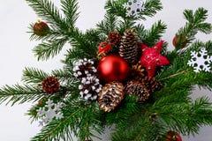 Pieza central de la tabla de la Navidad con los conos adornados de oro del pino y Fotografía de archivo libre de regalías