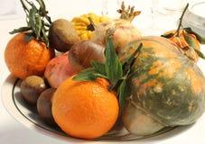 Pieza central del otoño con las castañas y las naranjas de las calabazas Fotografía de archivo
