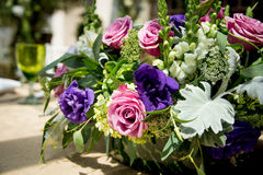Pieza central floral de la tabla en una recepción nupcial fotos de archivo