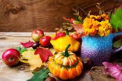 Pieza central rústica de la tabla de la acción de gracias con las flores de los tagetes Foto de archivo