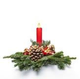 Pieza central y luz de una vela de la Navidad Fotografía de archivo