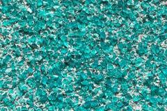 Pieza de la pared cubierta con los pequeños pedazos de verde de mar del vidrio o del cuarzo Imagen de archivo