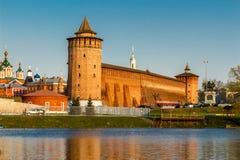 Pieza de la pared del Kolomna el Kremlin y dos torres Imágenes de archivo libres de regalías