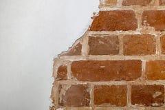 Pieza de la pared de ladrillo roja de una casa vieja con un modelo figurado de la masilla blanca Fondo, textura que pone en contr imágenes de archivo libres de regalías
