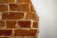 Pieza de la pared de ladrillo roja de una casa vieja con un modelo figurado de la masilla blanca Fondo, textura que pone en contr fotografía de archivo