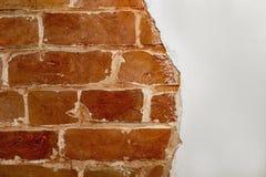 Pieza de la pared de ladrillo roja de una casa vieja con un modelo figurado de la masilla blanca Fondo, textura que pone en contr imagenes de archivo