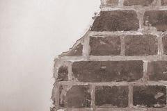 Pieza de la pared de ladrillo roja de una casa vieja con un modelo figurado de la masilla blanca Tono del fondo, textura que pone imagen de archivo