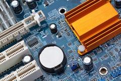 Pieza de la placa madre del ordenador con la batería. Imagen de archivo libre de regalías