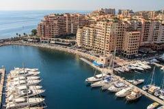 Pieza de la 'promenade' y del embarcadero con los yates en Mónaco Foto de archivo libre de regalías