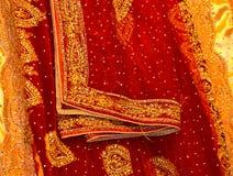 Pieza de la sari tradicional para la fotografía ceremonial del fondo de la boda Fotografía de archivo