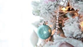 Pieza de las luces y de las guirnaldas del árbol de navidad almacen de metraje de vídeo
