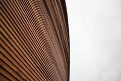 Pieza de madera de la pared de la capilla de Kamppi en Helsinki, Finlandia Imagenes de archivo
