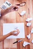 Pieza de manos que hacen la bola de papel Fotografía de archivo libre de regalías