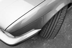 Pieza de un coche gris en fondo del asfalto imagen de archivo