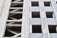 Pieza de un edificio concreto grande, de una textura, de Windows vacío y de escaleras Fotografía de archivo