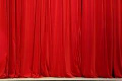 Pieza de una cortina roja foto de archivo