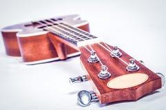 Pieza de una guitarra acústica en un fondo gris Imagenes de archivo