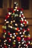 Pieza del árbol de navidad adornado Bokeh Hacia fuera foco Imagen de archivo libre de regalías