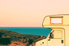 Pieza del campista en la costa en la puesta del sol Fotografía de archivo libre de regalías