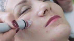 Pieza del primer de la cara de la mujer en el procedimiento de peladura hidráulico facial en clínica de la cosmetología, cámara l almacen de metraje de vídeo