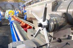Pieza del primer de la máquina industrial en la fábrica en las trabajos de metalistería imagenes de archivo