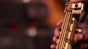 Pieza del primer de un saxofón del soprano del instrumento de instrumento de viento de madera mientras que juega música almacen de video