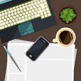 Pieza del teclado con el teléfono celular, la cancillería y la planta Foto de archivo libre de regalías