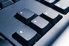 Pieza del teclado de ordenador negro moderno con las teclas de dirección Foto de archivo libre de regalías