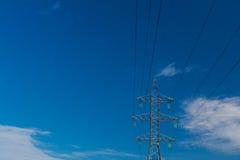 Pieza eléctrica del pilón de la línea de transmisión y alambre eléctrico otra vez Fotografía de archivo