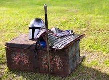 Pieza el casco del Lorica del equipo de la protección del soldado en un pecho de madera fotos de archivo libres de regalías