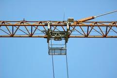 Pieza grande de la grúa de construcción en fondo del cielo azul Imagen de archivo libre de regalías