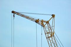 Pieza grande de la grúa de construcción en fondo del cielo azul Imágenes de archivo libres de regalías