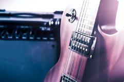 Pieza la guitarra eléctrica y el amplificador clásico en un fondo oscuro Fotografía de archivo