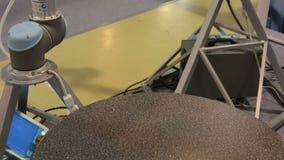 Pieza móvil del robot en la fábrica metrajes