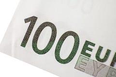Pieza macra del tiro cientos billetes de banco del euro en un fondo blanco Imagenes de archivo
