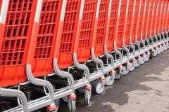 Piezas abstractas de los cesta-carros rojos para las mercancías Imagen de archivo libre de regalías
