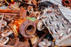 Piezas aherrumbradas envejecidas de equipo obsoleto en el depósito de chatarra fotografía de archivo