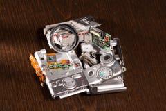 Piezas compactas rotas desmontadas de la cámara digital Imagenes de archivo