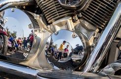 Piezas cromadas de la motocicleta en un día soleado Imágenes de archivo libres de regalías
