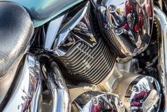 Piezas cromadas de la motocicleta en un día soleado Imagen de archivo