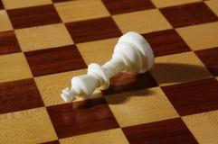 Piezas de ajedrez blancas en un tablero de ajedrez Fotos de archivo libres de regalías