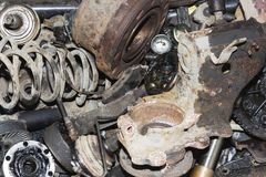 Piezas de automóvil oxidadas inútiles, usadas y otras piezas Fotos de archivo